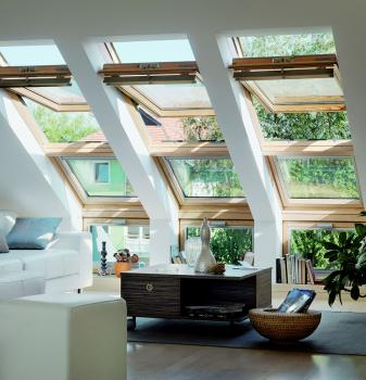 חלונות משופעים בשילוב חלונות אנכיים